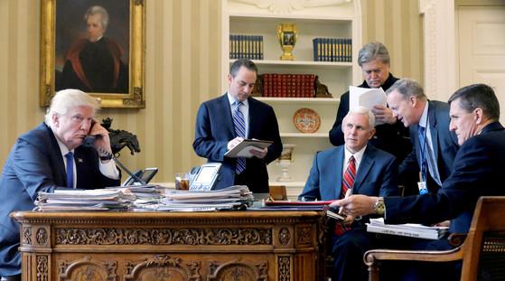 2017년 1월 백악관 집무실에서 트럼프 대통령의 전화 통화를 곁에서 지켜보는 프리버스 당시 비서실장(왼쪽에서 두 번쨰) 로이터