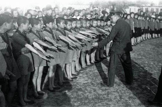 소련 교육을 받은 29세의 시골 현장 장징궈는 아동들에게 손을 깨끗이 하라고 강조하며 이런 광경을 자주 연출했다. 1939년 7월, 장시성 간난(竷南). [사진 김명호]