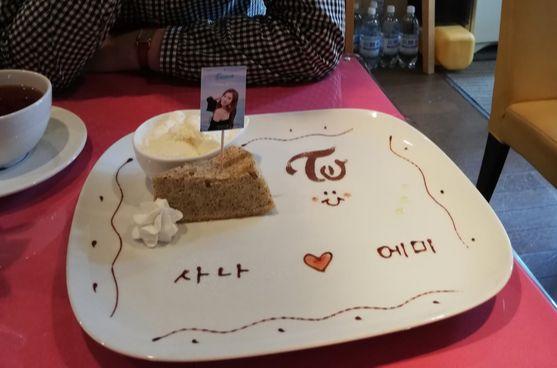 K-POP 카페에서 아이돌과 손님의 이름을 접시에 써 주는 서비스가 인기다. [사진 나리카와 아야]