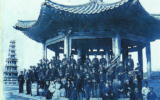 서울 탑골공원 연주를 마친 대한제국 군악대. 1907년 이전의 사진으로 추정된다. 탑골공원 연주의 마지막 곡이 '대한제국 애국가'였다. [사진 민경찬]