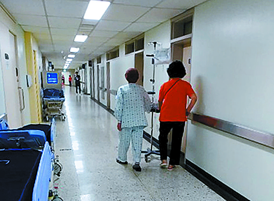 지난 2일 서울대병원에서 간병인이 환자의 보행 연습을 돕고 있다. [정미리 인턴기자]