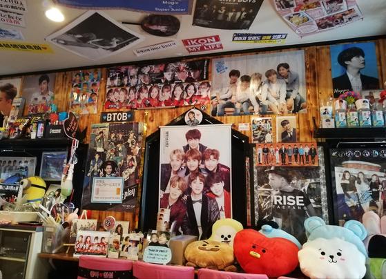 오사카 쓰루하시의 한 K-POP 카페가 한류 아이돌의 포스터들로 장식돼 있다. [사진 나리카와 아야]
