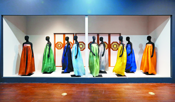 디자이너 이영희가 1993년부터 12년간 파리 프레타 포르테에서 선보인 시그니처 의상 중 하나인 '바람의 옷' 시리즈. 한복이 민속의상을 넘어 세계인에게 어필하는 옷으로 만들기 위해 치마에 이브닝 드레스 개념을 담았다. [신인섭 기자]