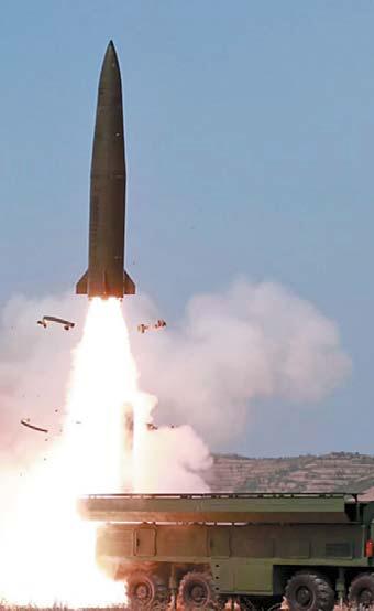북한이 지난 4일 '발사체' 발사 장면. 이동식 미사일 발사대가 4일엔 바퀴, 9일엔 궤도 형태라는 점이 다를 뿐 발사체의 외형은 거의 흡사하다. [AP=연합뉴스]