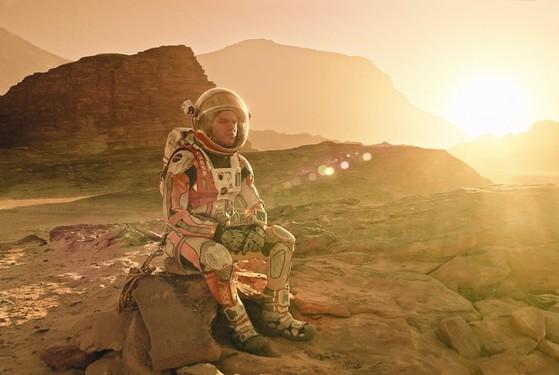 화성을 개척하는 내용의 2015년 영화 '마션'. 과학계에서는 화성 환경을 개조해 인간 거주가 가능할 수 있다고 점친다. [중앙포토]
