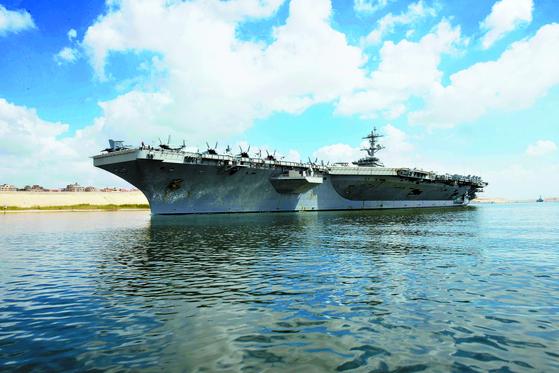 미국 항공모함 에이브러햄 링컨호가 지난 9일(현지시간) 이집트 수에즈 운하를 통과하고 있다. 미국은 이란과의 군사적 충돌에 대비해 이 항모를 중동 지역에 긴급 배치했다. [EPA=연합뉴스]