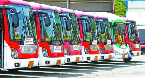 버스 파업 위기는 넘겼지만 과제는 더 쌓였다.      [중앙포토]