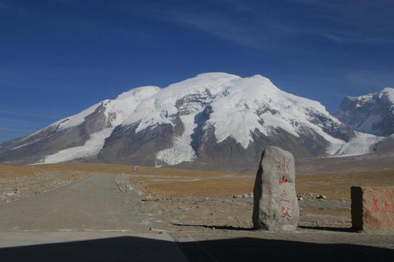 카라코람 하이웨이를 지나면서 볼 수 있는 설산 무스타거봉(7509m)의 둥근 능선은 고산반응에 숨이 가빠진 외지인들을 편하게 해 준다. [사진 윤태옥]