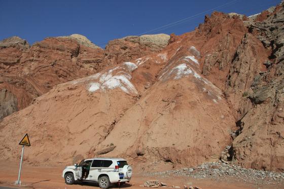 붉은 흙 사이로 드러난 연두색 지층이 경이로운 아단지모. [사진 윤태옥]
