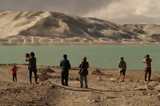 베이지색의 기이한 백사산은 바람에 날리 모래가 지표면에 달라붙어 생긴 특이한 지형이다. [사진 윤태옥]