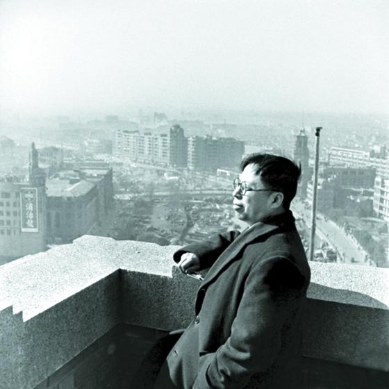 장징궈가 상하이에서 금원권 개혁을 지휘할 때, 우궈쩐은 상하이 시장직을 제대로 수행하지 못했다. 1948년 10월 초 학질에 시달리던 무렵의 우궈쩐.