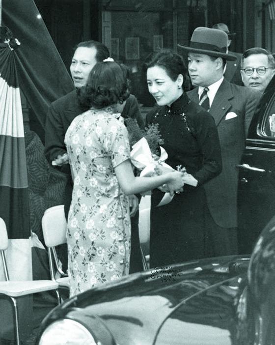 쑹메이링(가운데)은 조카 중 콩링칸(오른쪽 둘째)을 총애했다. 25살 연상 유부녀와 결혼할 때도 너만 좋으면 된다며 말리지 않았다. 태평양전쟁 말기 장제스 대신 미국을 국빈방문할 때도 데리고 갔다. 1943년 3월 로스앤젤레스.