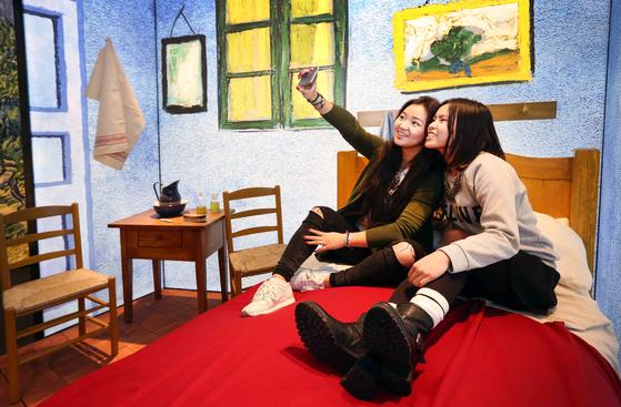 '반 고흐를 만나다' 전시는 관객이 반 고흐의 그림 속으로 들어가보는 컨셉트다