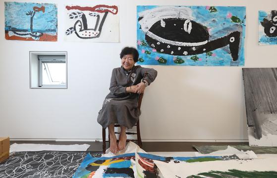 화가 노은님이 17일 파주에 있는 사무실에서 전시회를 앞두고 자신의 작품들 앞에서 포즈를 취했다. 신인섭 기자
