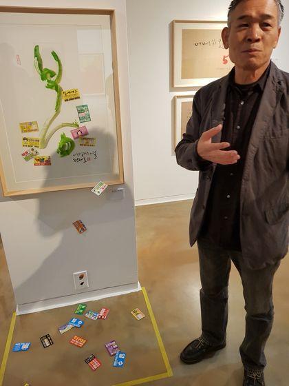 자신의 미술 작품을 설명하는 정태춘.