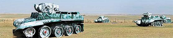 중국의 내몽골자치구 초원에 위치한 '노몬한 박물관'의 야외 벌판에 전시된 당시 소련군과 일본군 전차(대부분 실물 같은 모조품). 왼쪽이 기행문 『변경·근경』 표지의 BT-7 소련 전차. [사진=박보균 대기자]