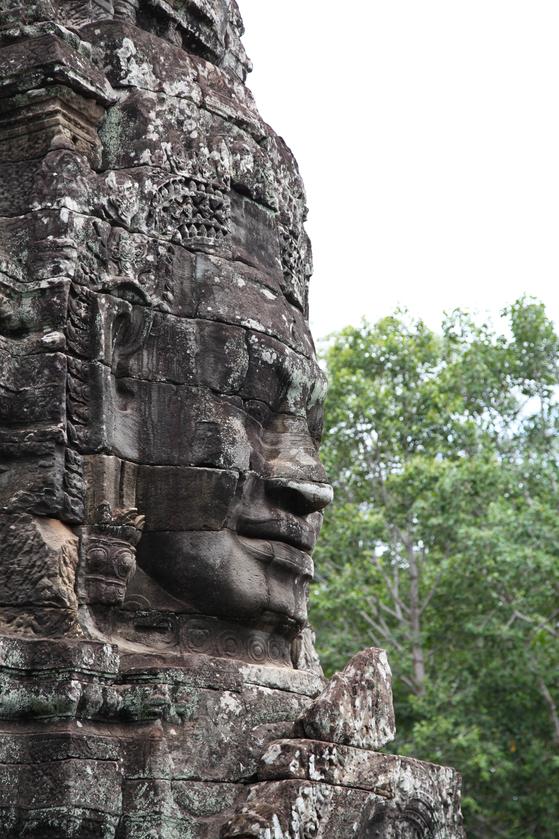 앙코르 톰 바욘 사원은 사면상으로 유명하다. 30여개 탑에 자비로운 표정의 부처 얼굴이 4면에 새겨져 있다. 사원을 건설한 자야바르만 7세의 얼굴 조각도 있다. [최승표 기자]