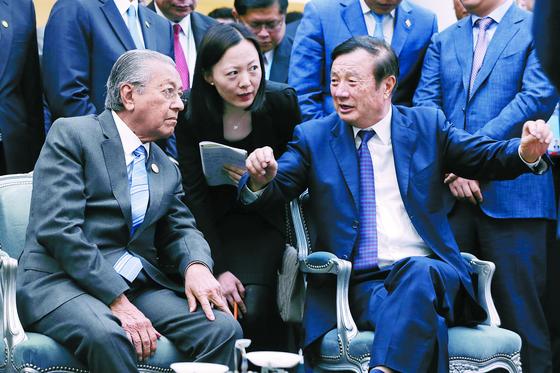 화웨이 창업자인 런정페이 회장(오른쪽)이 지난달 25일 베이징 연구소를 방문한 마하티르 모하맛 말레이시아 총리에게 5G 기술에 대해 설명하고 있다. [베이징 AP=연합뉴스]