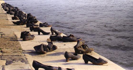 베를린 '테러의 지형도' 기념관에 전시된 사진 작품 '부다페스트 다뉴브 강가의 신발들'. 나치 후원을 받은 민병대에 의해 강가에서 희생된 헝가리인 3500명을 추모하는 헝가리 작가들의 예술작품이다. 『기념의 미래』를 쓴 최호근 고려대 교수가 촬영했다.