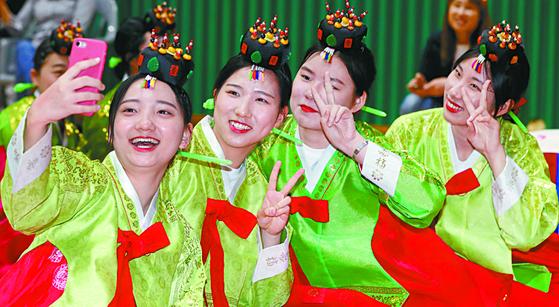 성년의 날인 지난 20일 대전한빛고교에서 열린 전통 성년례 행사에 참여한 학생들이 셀카를 찍고 있다. [뉴스1]