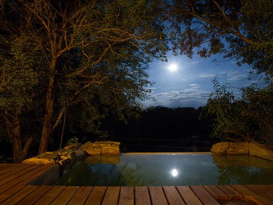 달빛이 비친 캠프 자블라니의 빌라 수영장. [사진 캠프 자블라니, 금중혁]