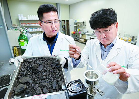 ㈜로우카본테크의 이철 대표(오른쪽)와 노창래 기술연구소장이 제품을 설명하고 있다. [장정필 객원기자]