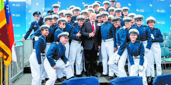지난달 30일 미국 공군사관학교 졸업식에서 도널드 트럼프 미 대통령이 대만 국기(청천백일만지홍기왼쪽) 옆에서 생도들과 기념촬영을 하고 있다. [사진 백악관 홈페이지]
