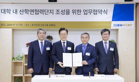 (왼쪽부터) 송한준 경기도의회의장, 이재명 지사, 김우승 한양대 총장, 천해철 국회의원