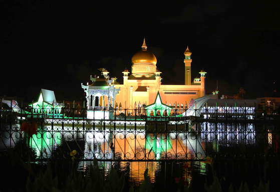 브루나이를 대표하는 사원 '오마르 알리 사이푸딘 모스크'. 돔 끝 첨탑이 금으로 돼 있다. 브루나이에선 이 사원(50m)보다 더 높은 건물을 지을 수 없다. [손민호 기자]