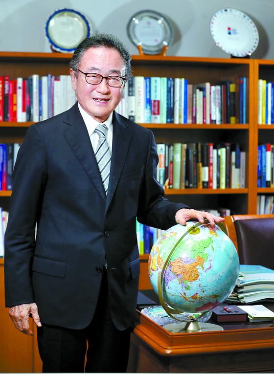 """사공일 세계경제연구원(IGE) 명예 이사장은 '미·중 갈등이 10~20년 이어질 수 있다""""며 한국 정부의 전략적 접근을 주문했다. [신인섭 기자]"""