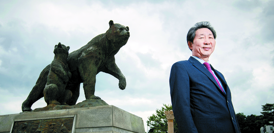 """단국대의 상징인 '곰'상 앞에 선 장호성 총장은 '4차 산업혁명 시대에는 국·공립대와 사립대의 기능과 역할이 달라져야 고등교육 생태계가 건강해진다""""고 말했다. [전민규 기자]"""