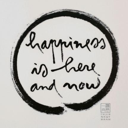 틱낫한 스님이 창립한 명상수련센터 '플럼빌리지(자두마을)'의 상징. '행복은 지금 여기에'라는 마음챙김 명상의 핵심 내용이 영어로 적혀 있다. [배영대 기자]