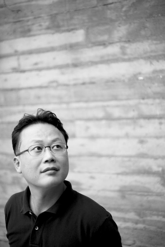 선굵은 장편으로 승부하는 소설가 김언수. 서사의 재미를 추구하는 국내 드문 작가다. [사진 문학동네]