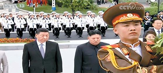 시진핑 중국 국가주석과 김정은 북한 국무위원장이 21일 평양 모란봉 기슭에 있는 북·중 우의탑을 찾아 참배하고 있다. 시 주석은 국빈방문을 마치고 이날 오후 귀국했다. [CCTV 캡처, 연합뉴스]