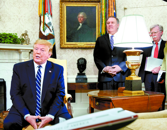 도널드 트럼프 미국 대통령(왼쪽)이 20일 백악관에서 마이크 폼페이오 국무장관(가운데)과 존 볼턴 국가안보보좌관이 배석한 가운데 미·캐나다 정상회담을 하고 있다. [AP=연합뉴스]