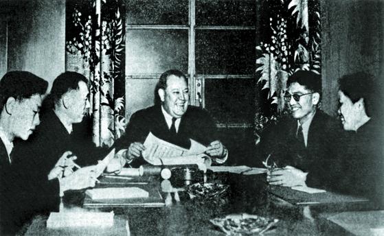 유엔 사무총장 리(가운데)에게 전권증서를 전달하는 우슈취안(왼쪽 둘째)과 차오관화(오른쪽 둘째), 1950년 11월 26일. [사진 김명호]