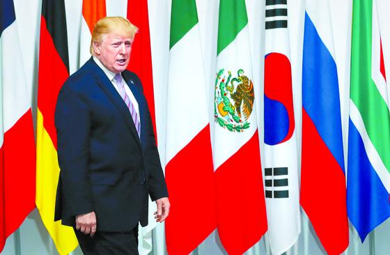 도널드 트럼프 미국 대통령이 28일 일본 오사카에서 열린 주요 20개국(G20) 정상회의 행사장에 들어서고 있다. [AP=연합뉴스]