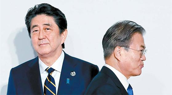 문재인 대통령이 28일 일본 오사카에서 열린 G20 정상회의 환영식에서 아베 신조 일본 총리와 인사를 나눈 뒤 이동하고 있다. [AP=연합뉴스]