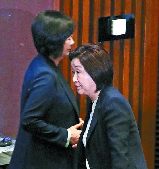 28일 열린 국회 본회의에서 정의당 심상정 의원(오른쪽)과 이정미 대표가 굳은 표정을 짓고 있다. [연합뉴스]