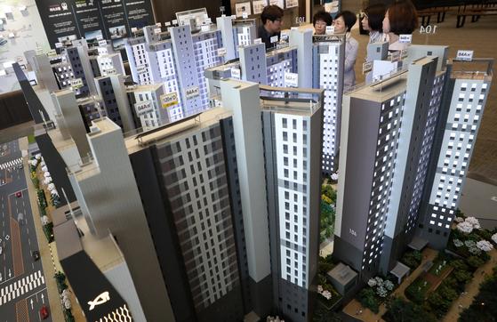 지난 4월 주택도시보증공사의 분양가 규제에 따라 3.3㎡당 4800만원대에 분양한 서울 방배동 서초그랑자이 견본 주택. [중앙포토]