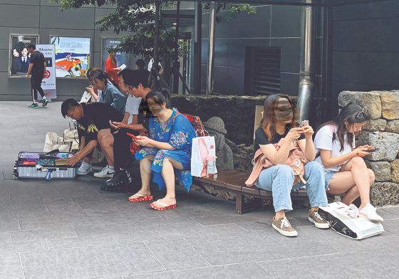 제주 시내의 한 면세점에서 한 중국 관광객(왼쪽)이 물건을 구입한 뒤 정리하고 있다. [김홍준 기자]