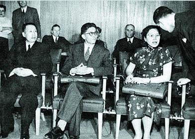 차오관화(왼쪽 둘째)와 중국 최초의 여성외교관 궁푸셩( 普生)을 대동, 미국기자초대회에 참석한 우슈취안(왼쪽). 1950년 12월 4일, 뉴욕. [사진 김명호]