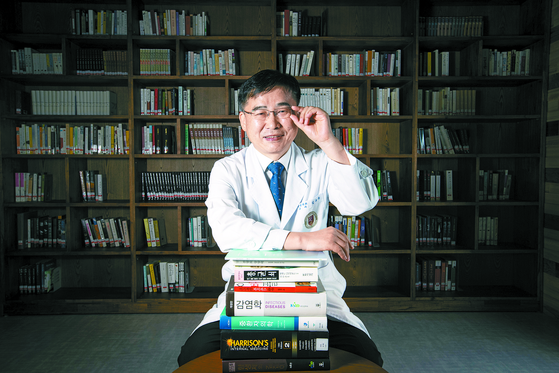 김우주 교수가 병원 의학도서관에서 감염병의 세계에 관해 얘기하고 있다. 그는 중요한 결정에 대한 지혜를 책에서 얻는다. [전민규 기자]