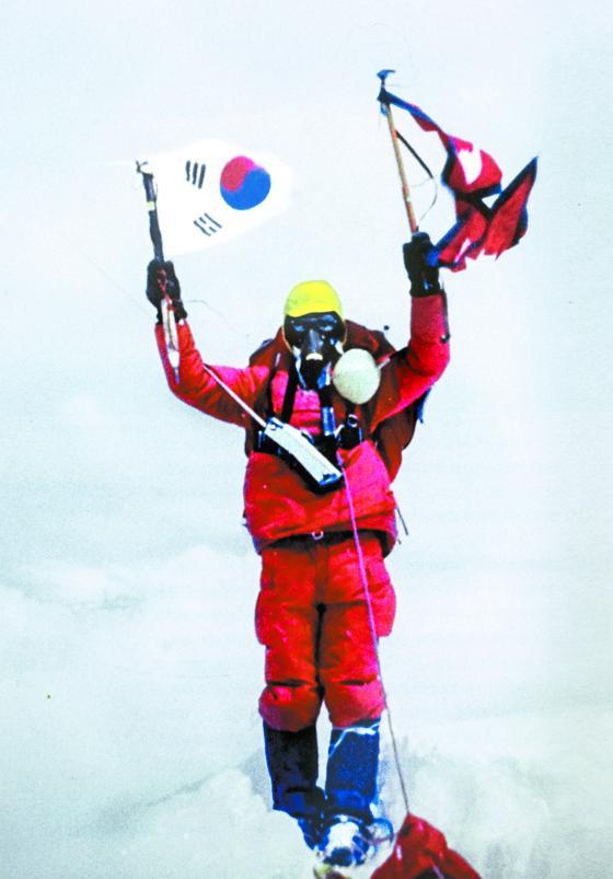 1977년 9월 15일 에베레스트 정상에서 태극기와 네팔 국기를 들고 선 고상돈 대장. 당시 에베레스트 등반가들에게 산소마스크는 필수였다. [중앙포토]