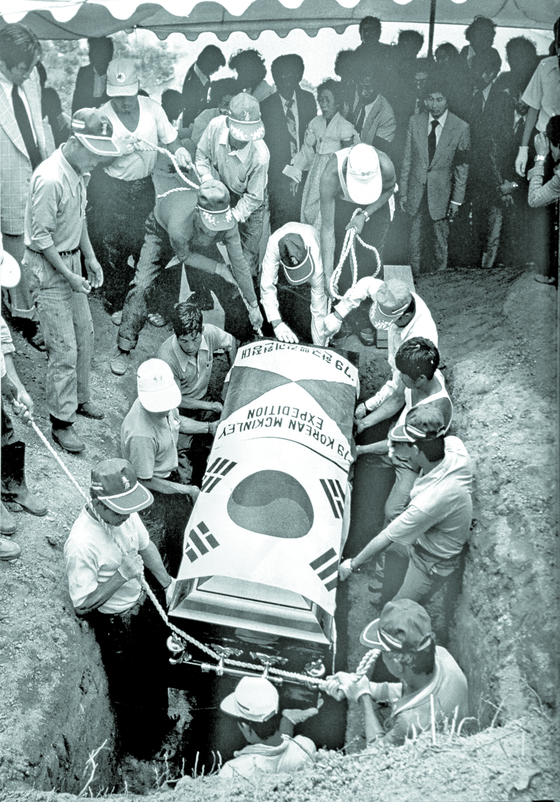 79년 6월 4일 경기도 광주 한남공원묘지에서 거행된 고상돈 대장의 하관 모습. [사진 고상돈기념사업회]