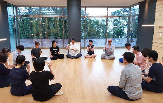 '건포도 마음챙김'을 하는 한국MBSR연구소 회원들. 건포도를 대상으로 하여 주의력을 키우는 훈련이다. 우리가 일상에서 만나는 무엇이든 마음챙김의 대상이 된다. [사진 한국MBSR연구소]