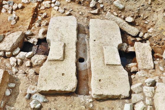 신라 태자가 거주한 경주 동궁에서 발굴된 8세기 중엽의 수세식 화장실 유적. 우리나라 고대 화장실 유적 중 처음으로 화장실 건물과 석조 변기, 오물 배수시설이 함께 발견됐다. [연합뉴스]