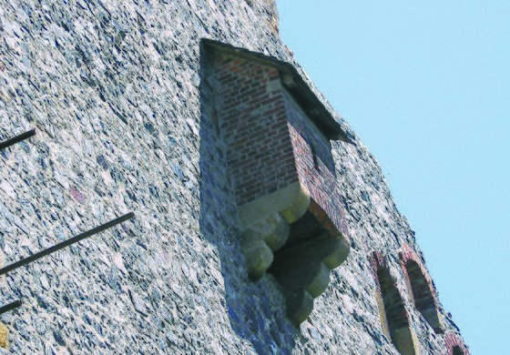 성벽에 돌출된 형태의 유럽 중세 화장실. 아래쪽이 뚫려있어 배설물이 바닥으로 떨어진다.