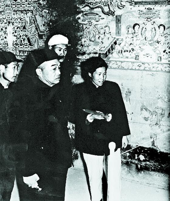 둔황을 방문한 펑더화이. 오른쪽 여성은 '둔황의 수호신' 창수훙(常書鴻)의 부인 리청셴(李承仙). 1950년 9월, 막고굴(莫高窟). [사진 김명호]
