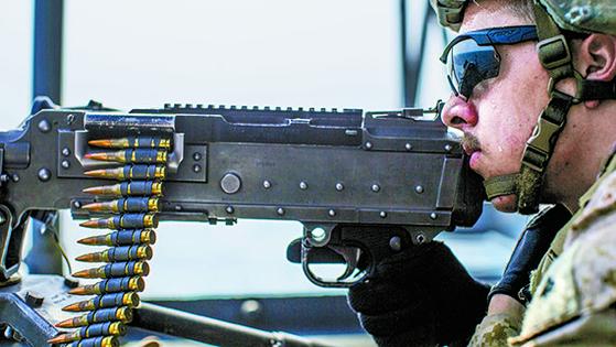 지난 18일(현지시간) 호르무즈 해협에서 작전 중인 미 해군 강습상륙함 '복서'에서 한 병사가 경계 근무를 하고 있다. [로이터=연합뉴스]